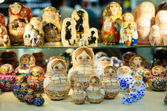 Matryoshkas i rysssouvenir shoppar i Moskva Royaltyfria Foton