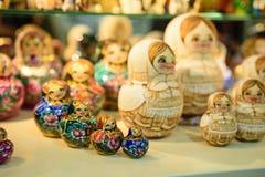 Matryoshkas i rysssouvenir shoppar i Moskva Royaltyfri Fotografi
