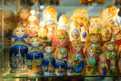 Matryoshkas i rysssouvenir shoppar i Moskva Royaltyfria Bilder