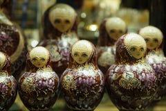 Matryoshkas i rysssouvenir shoppar i Moskva Arkivbilder