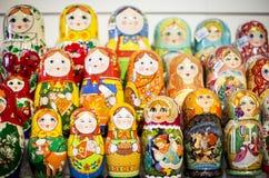 Matryoshkas nel negozio di Mosca Immagini Stock Libere da Diritti