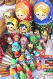 Matryoshkas, skedar och leksaker Arkivfoto