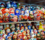 Matryoskapoppen in winkel in centrum van Moskou in Rusland stock fotografie