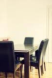 Matsalinre med tabellen och fyra svarta stolar fotografering för bildbyråer
