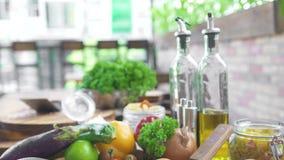 Matsammansättning för italiensk kokkonst på träbakgrund Olivolja, ny grönsak och spagetti för att laga mat italienare stock video