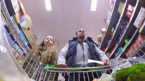 Matshopping med farsan lager videofilmer