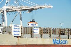 Matson货船卸载在奥克兰港的毛伊  免版税库存照片