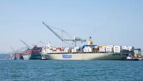 Matson进入奥克兰的港货船MANOA 免版税库存照片