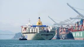 Matson进入奥克兰的港货船MANOA 库存照片