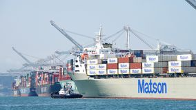 Matson ładunku statek MANOA wchodzić do port Oakland z tugboat pomocą Obrazy Stock