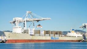 Matson ładunku statku MAUI rozładunek przy portem Oakland Zdjęcie Stock