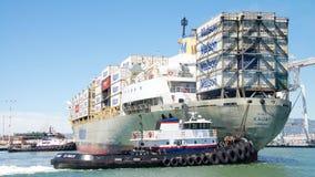 Matson货船进入奥克兰的港考艾岛 免版税图库摄影