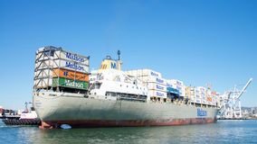 Matson货船进入奥克兰的港考艾岛 免版税库存图片