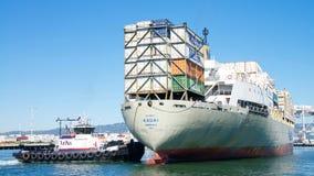 Matson货船进入奥克兰的港考艾岛 库存照片