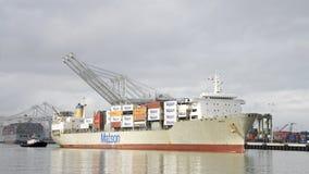 Matson lastfartyg MAUI som skriver in porten av Oakland arkivbild