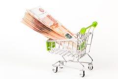 Matspårvagn som är full av sedlar för ryss 5000 på en vit backgro Royaltyfria Foton