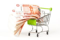 Matspårvagn som är full av sedlar för ryss 5000 på en vit backgro Arkivbild