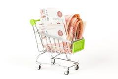 Matspårvagn som är full av sedlar för ryss 5000 på en vit backgro Fotografering för Bildbyråer