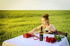 Matställe av den ensamma romantiska kvinnan Arkivbilder