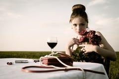 Matställe av den ensamma romantiska kvinnan Royaltyfria Foton