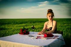 Matställe av den ensamma romantiska kvinnan Royaltyfri Bild