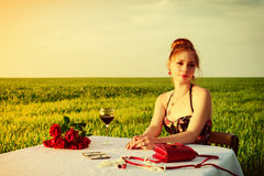 Matställe av den ensamma romantiska kvinnan Royaltyfri Foto