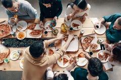 Matställe bland vänner arkivbild