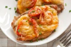 Pork med löken, körsbärsröda tomater och ost Fotografering för Bildbyråer