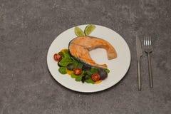 Matställe för laxbiff med örter och tomater arkivbild