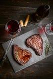 Matställe för två med biffar och rött vin arkivbilder