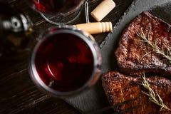 Matställe för två med biffar och rött vin royaltyfri foto