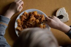 Matställe i en fattig familj Mat för ett fattigt barn royaltyfria foton