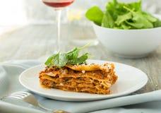 Matställe med klassiska lasagner bolognese med spenat för ost för béchamelsåsparmesan Arkivbilder