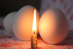 Matställe på tända stearinljus fotografering för bildbyråer