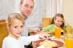 matställe som äter familjlunch Fotografering för Bildbyråer