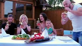 Matställealfreskomålning i en cirkel av släktingar av folk, lycklig familj, lunch, gladlynta sammankomster med föräldrar, barn stock video