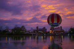 Matställeballong och färgrik solnedgång, i stadens centrum Disney på Disneyland Paris Frankrike Arkivbild
