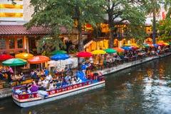 Matställeflodkryssning och att äta middag på nattfloden går San Antonio Te royaltyfri fotografi