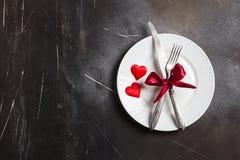 Matställen för inställningen för valentindagtabellen att gifta sig den romantiska mig bröllop med plattan Arkivbilder