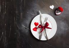 Matställen för inställningen för valentindagtabellen att gifta sig den romantiska mig bröllopförlovningsringen Royaltyfri Foto