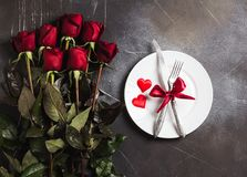 Matställen för inställningen för valentindagtabellen att gifta sig den romantiska mig bröllopkopplingen Royaltyfri Bild