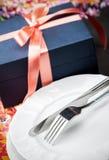 Matställen pläterar och bestick med en gåva Royaltyfri Fotografi