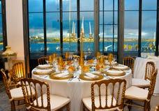 Matställepartiet med sikt för blått vatten, den företags händelsen bordlägger garnering, föreläsningsbankett royaltyfria foton