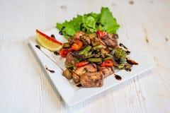 Matställeplatta av Grilled nötkött och grönsaker Royaltyfri Foto