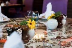 Matställetabell med blomman royaltyfri foto