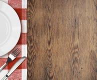 Matställetabell med inställningsplatta- och besticköverkanten Arkivfoto