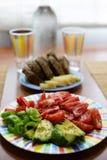 Matställetabell med salladmaträtten, bröd och färgrikt vattenexponeringsglas royaltyfri fotografi