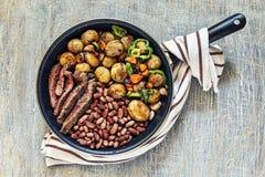 Matställetabell, nötkött, matställe, maträtt, mat som grillas, kött, peppar, biff, grillfest, lagad mat bästa sikt, kopieringsutr arkivbild