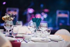Matställetabellen, tomma exponeringsglas ställde in i restaurang royaltyfri fotografi