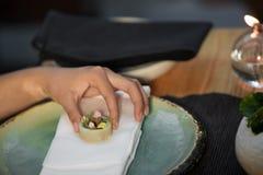 Matst?lle f?r kvinnaaftonkappa i Indien japansk fusion arkivfoton